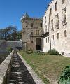 À l'ouest se trouve encore la tour carrée, vestige de la tour d'entrée primitive, qui contrôlait l'accès de la route de Gasny.